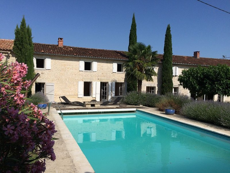 Longère d'exception située à proximité d'un des plus beaux villages de Charente, aluguéis de temporada em Charme