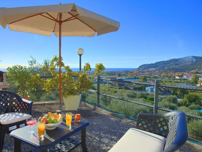 Casa Ilaria - Piccola villa indipendente per 4 persone, con giardino e vista mar, vacation rental in Diano Marina