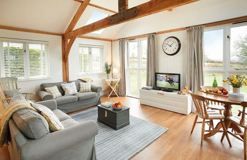 This beautifully converted barn offers open views over neighbouring fields., location de vacances à South Petherton
