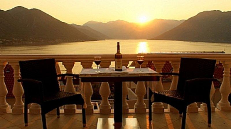 The 'Boka View' Sleeps 4 (2 Bedroom), location de vacances à Orahovac
