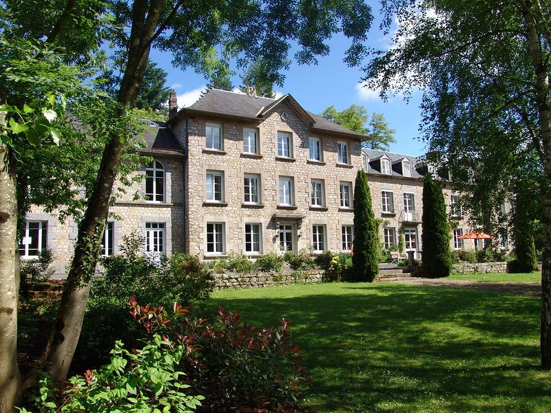 The West Wing of Chateau de Vaudezert luxury self catering accommodation., location de vacances à Magny-le-Désert