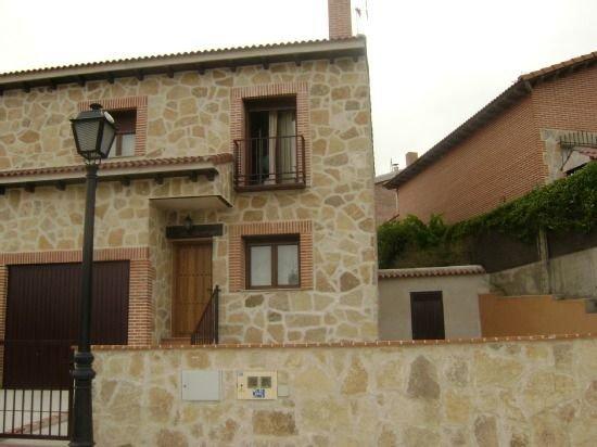 Casa La Jorá. Chalet en Burgohondo, holiday rental in Navalosa