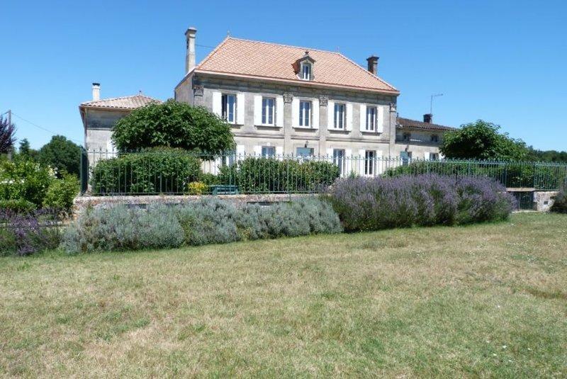 Château viticole du 19ème siècle au coeur du vignoble. Piscine avec spa, location de vacances à Cubzac-Les-Ponts