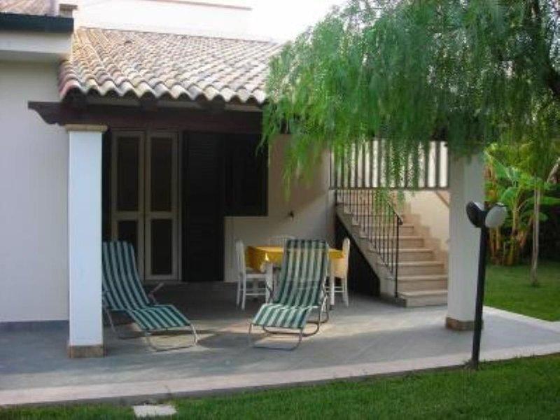 Villetta con giardino, spiaggia 200 m a 10 km da Cefalù, holiday rental in Campofelice di Roccella