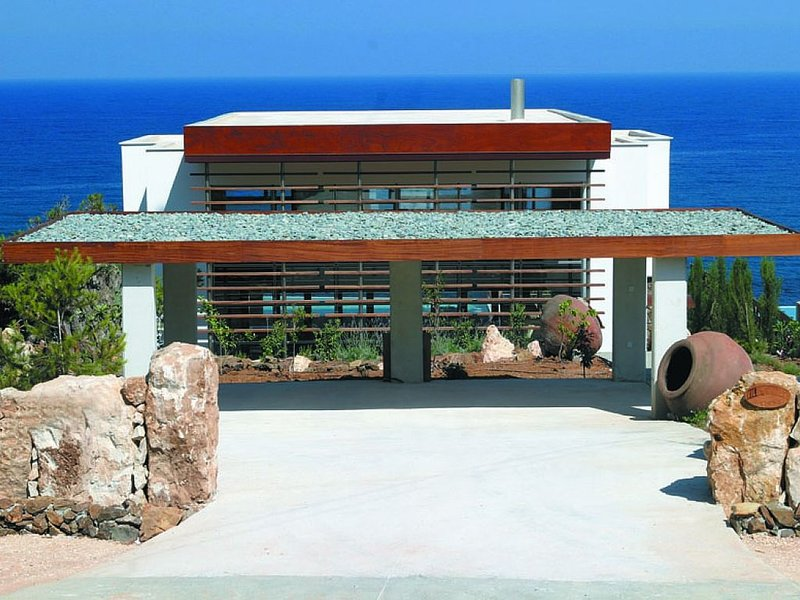 Modern Stylish 4-Bedroom Villa, Private Pool and Spectacular Sea Views, Direct A, holiday rental in Pomos