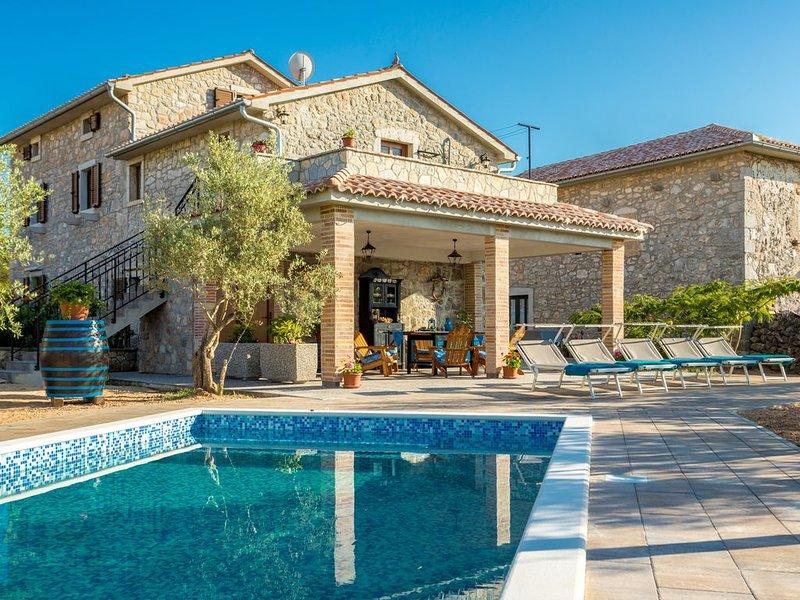 Traditionelles Haus mit Pool und grossem Garten, location de vacances à Sveti Anton