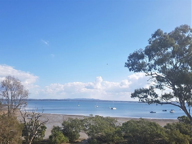 BEACON LIGHT WATERFRONT HOLIDAY HOME, holiday rental in Macleay Island