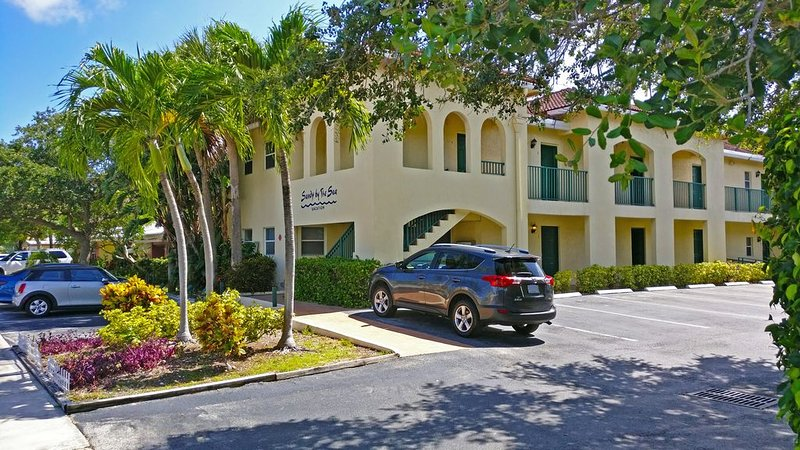 Walk to everything - beach, shopping, food, & fun. Beautiful low rise oasis. – semesterbostad i Lauderdale by the Sea
