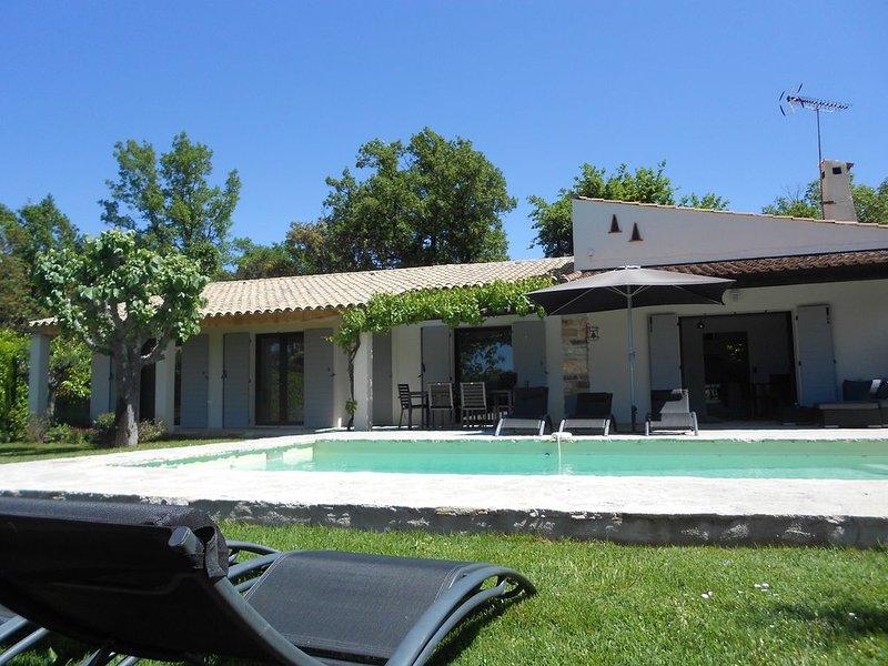 Villa Climatisée avec piscine privée au coeur du village de Bagnols en Forêt, holiday rental in Bagnols-en-Foret
