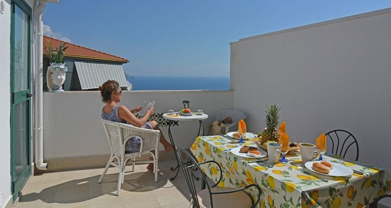 3 Bed House with patio overlooking Mediterranean very close to Corso Umberto, holiday rental in Spisone
