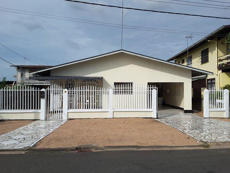 Vrijstaande woning in een veilige rustige buurt, location de vacances à Surinam