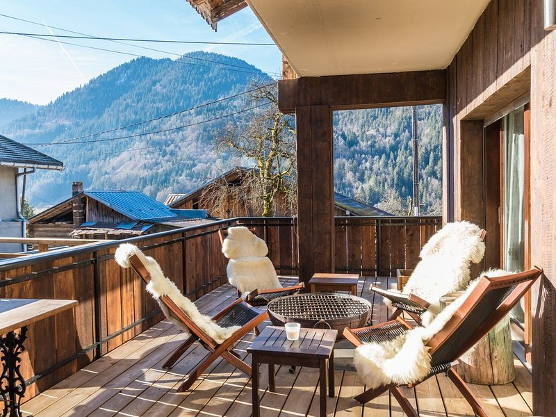 Beautiful 3 dbl bed, 3 bath chalet 5 mins from Morzine and the Portes du Soleil, casa vacanza a Saint Jean Aulps