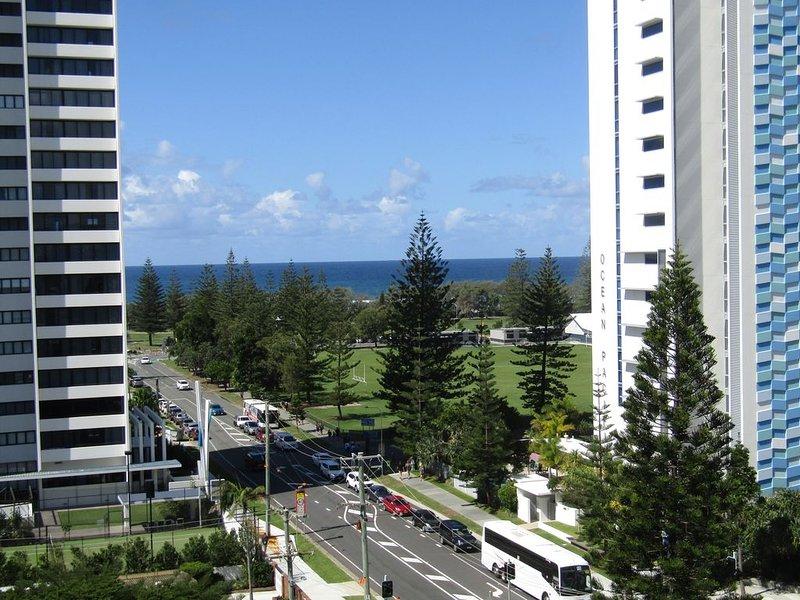 Ocean/City views Fast WiFi shoppers paradise Clean King Bed Movies on Demand, alquiler de vacaciones en Broadbeach