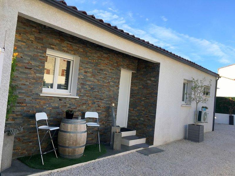 Villa contemporaine 'La Bianca' avec piscine proche Pic Saint Loup, holiday rental in Notre-Dame-de-Londres