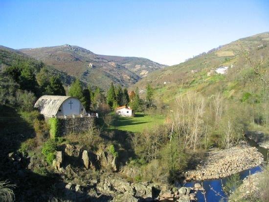 Inmensa casa rural gallega, frente a río, con chimenea y  amplios jardines, aluguéis de temporada em O Barco de Valdeorras