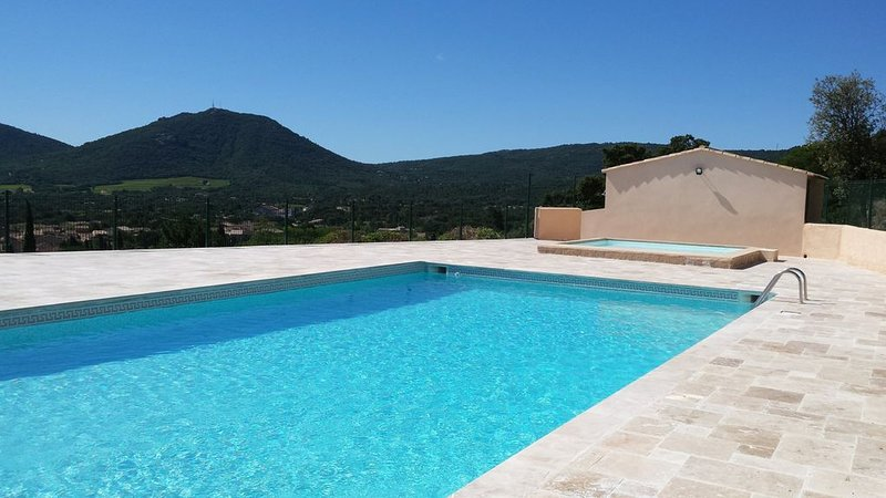 'Cottage style' apt with views of Le Plan de la Tour & only 10 mins to the beach, holiday rental in Plan de la Tour