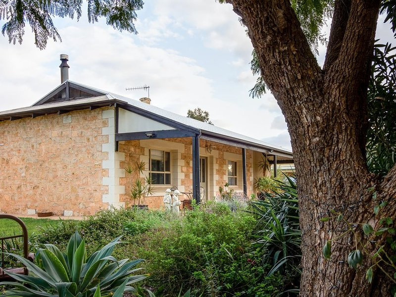 Crossfield Cottage Bed & Breakfast, vacation rental in Renmark