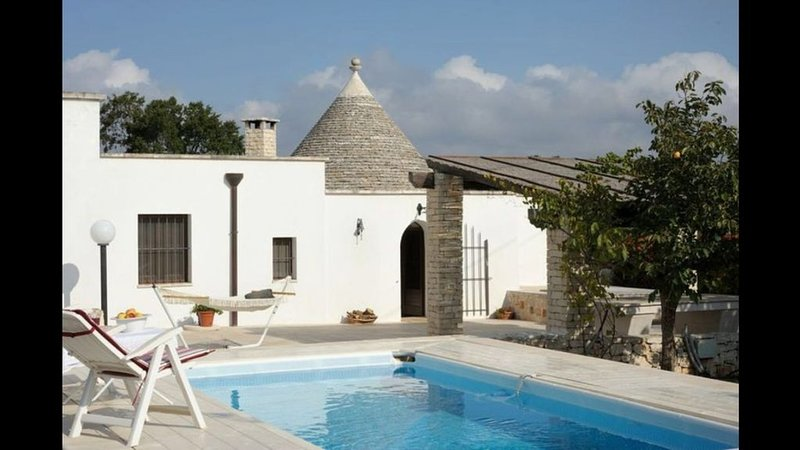 Beautiful Trullo with private pool, easy walking  to UNESCO site of Alberobello, vacation rental in Coreggia