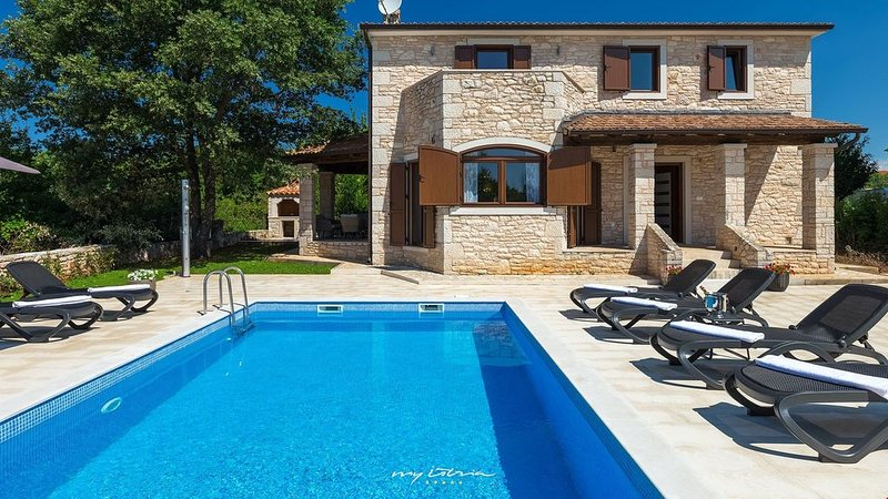 Family villa with pool near Porec, aluguéis de temporada em Kruncici