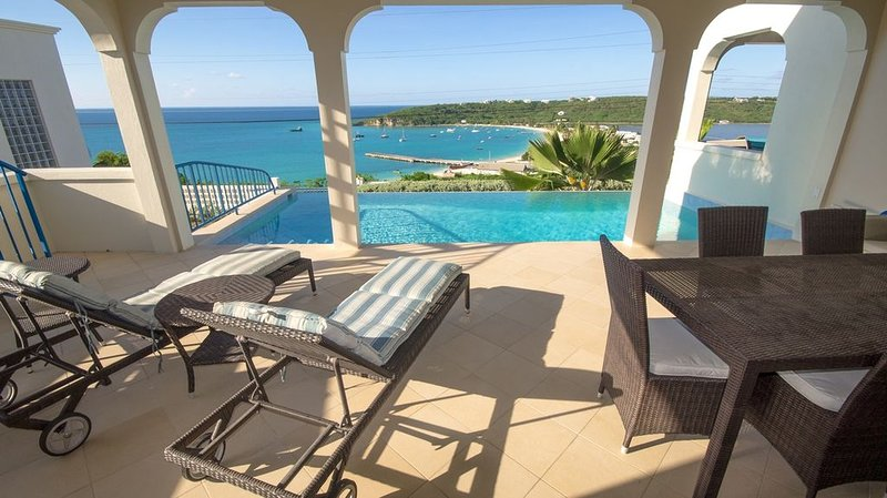 Water views, central location and welcome package and heated pool, alquiler de vacaciones en South Hill
