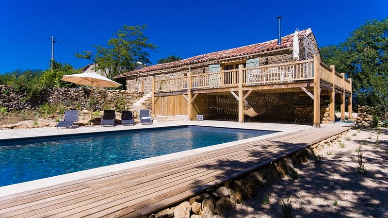 Stunning barn, south-facing views, exclusive pool, near Saint Antonin Noble Val, holiday rental in Ginals