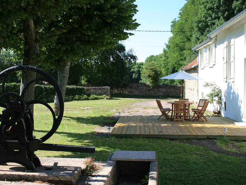 Home From Home - Perfect For All Seasons - Large Village House & Large Gardens, location de vacances à Thoisy-la-Berchère