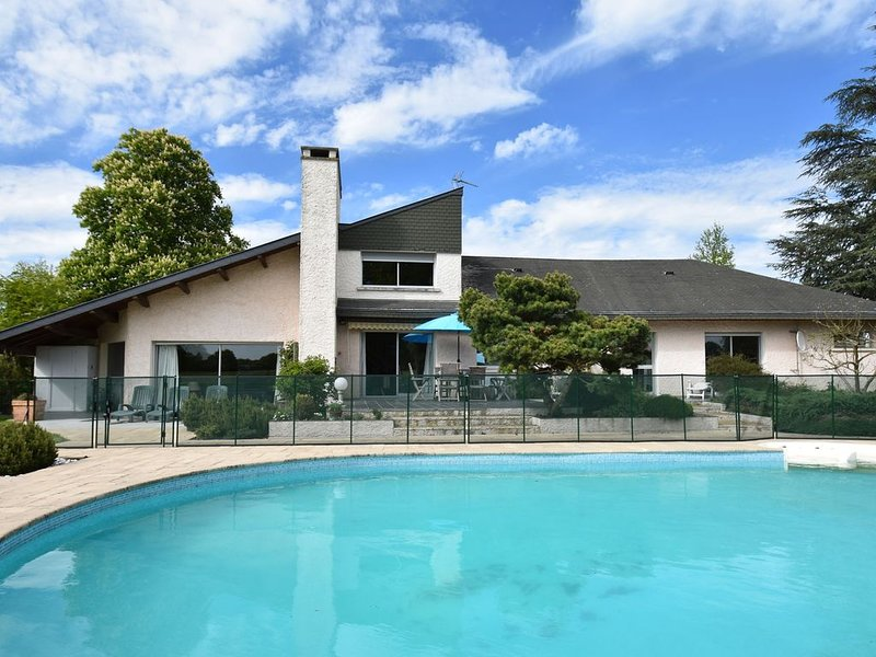 Villa with private swimming pool in a rural area, just outside Decize, holiday rental in Verneuil