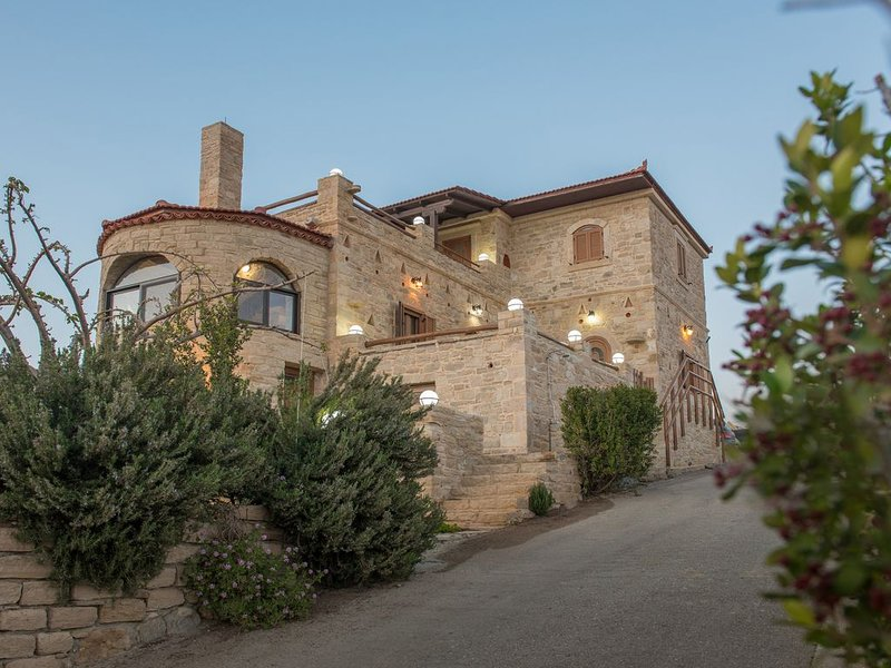 Villa Katerina - A traditional and luxury villa at Kalamaki, location de vacances à Kalamaki