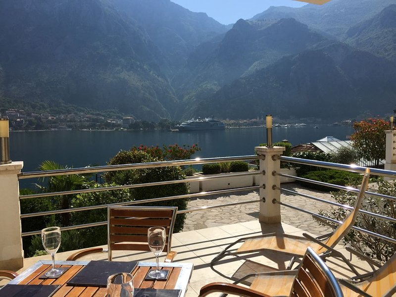 Ground Floor. Private Terrace, Shared Pool, Views across Fjord to Kotor Old Town, casa vacanza a Skaljari