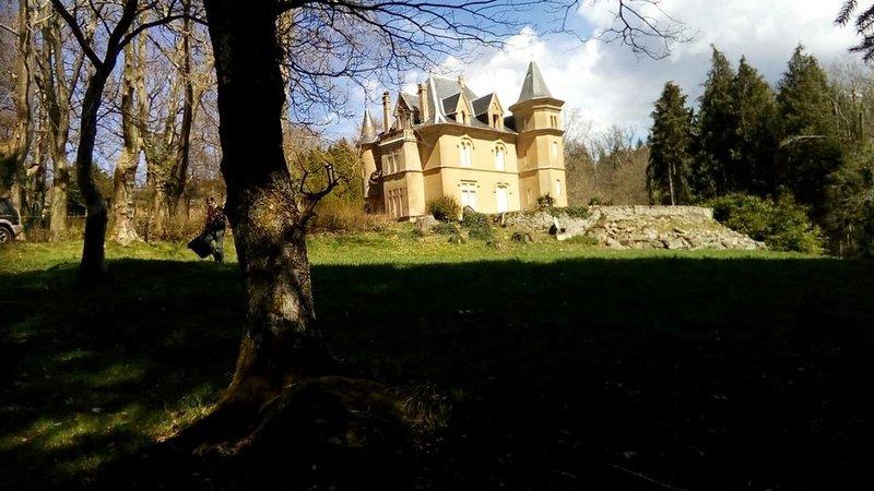 Propriété aux portes de Carcassonne, dans un parc centenaire, holiday rental in Lacombe