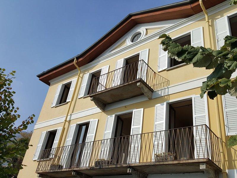 Scenografica villa con vista sul Lago Maggiore, holiday rental in Aurano