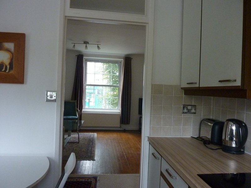 Vue de la cuisine dans la salle de séjour