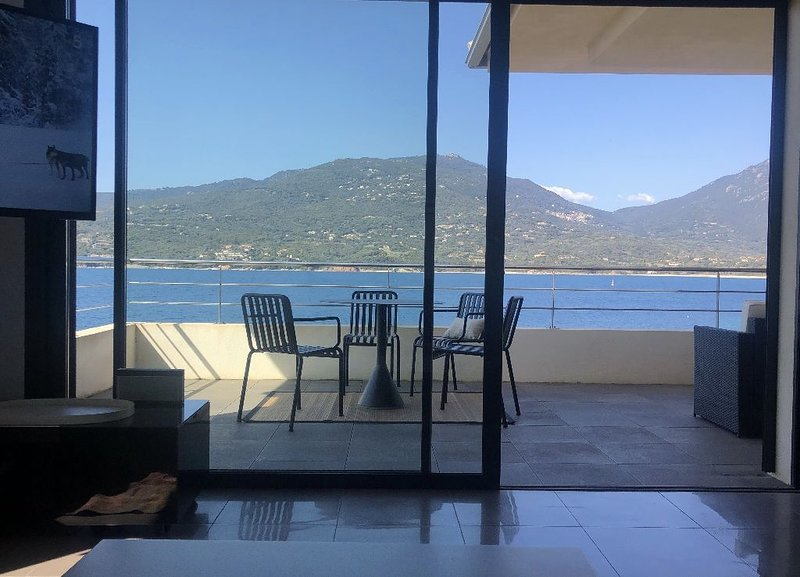 T3 avec grande terrasse sur la plage en centre ville, vacation rental in Propriano