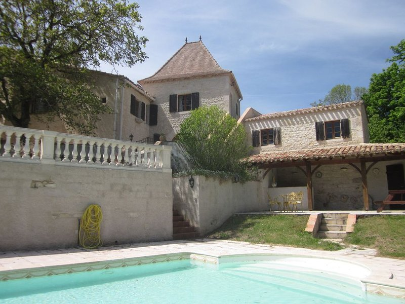 Originally built in medieval times the villa offers beautiful Quercy views, location de vacances à Touffailles
