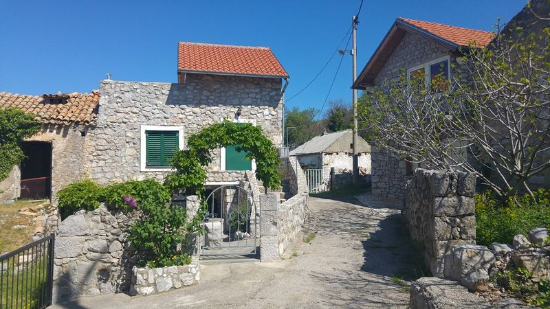 Quiet cottage in old village near the sea, holiday rental in Klenovica