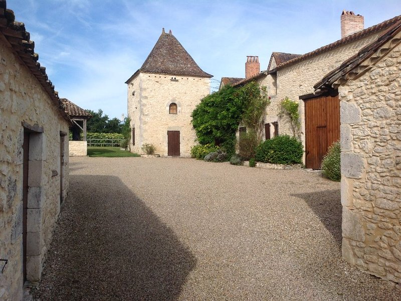 Fabulous French Character Farmhouse NEW TO MARKET!, vacation rental in Saussignac
