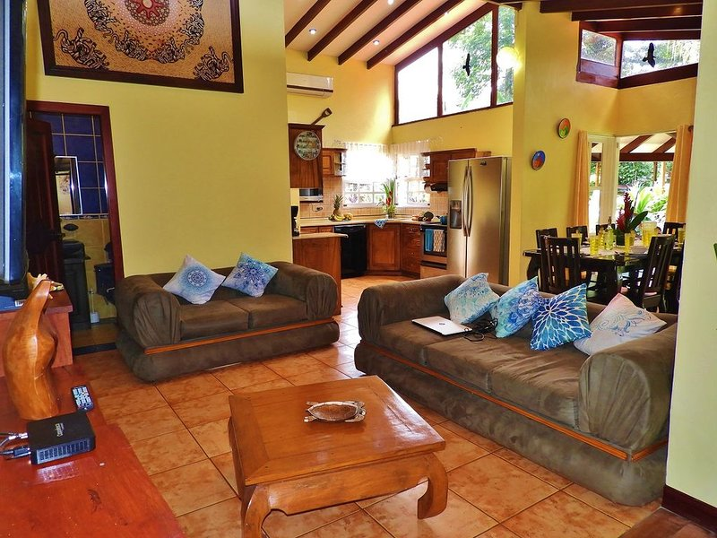 A/C, WiFi gratis, piscina, barbacoa. 1 km de distancia al centro de La Fortuna., holiday rental in Province of Alajuela