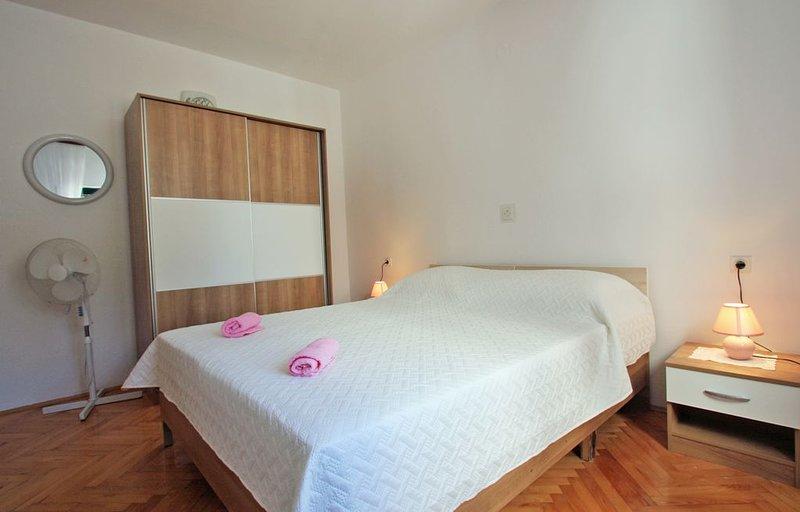 Comfortable 3 bedroom apartment with spacious terrace and parking, aluguéis de temporada em Okrug Donji