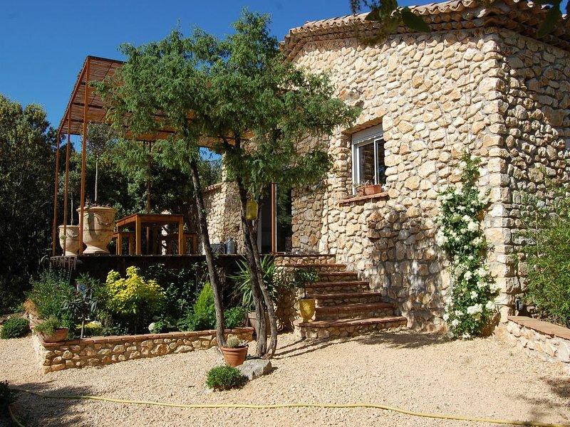 Petite maison en pierres dans les chênes, tout confort + clim, location de vacances à Bagard