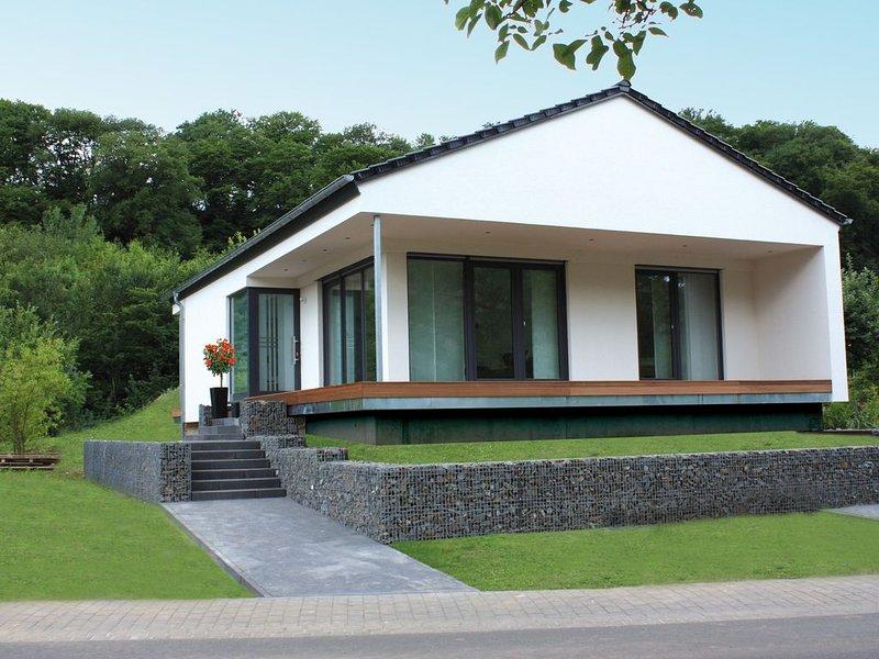 NEU Modernes Ferienhaus direkt an der Mosel, Panoramablick, 2 Terrassen, Garten, vacation rental in Ellenz-Poltersdorf