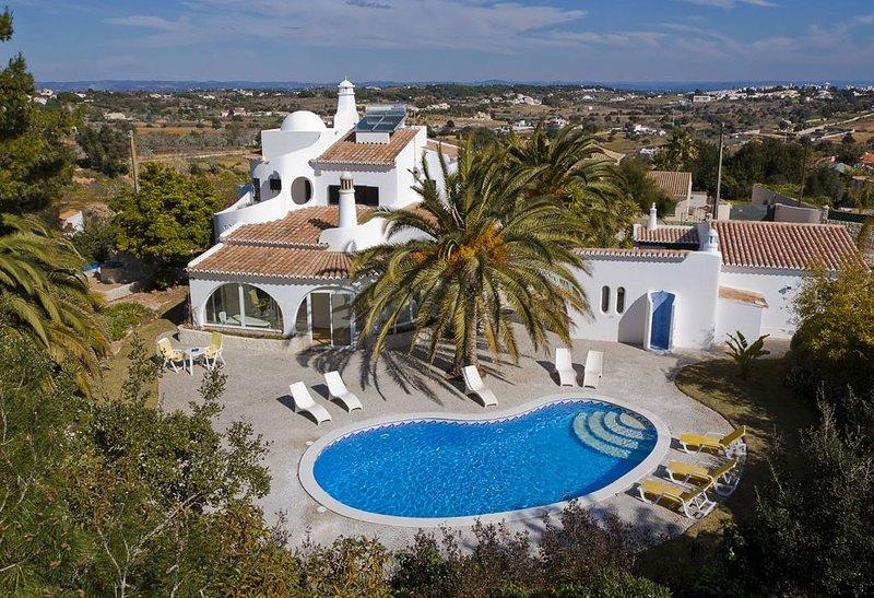 Villa in ruhiger Lage, grosses Grundstück, Privatpool, Klimatisiert, holiday rental in Caramujeira