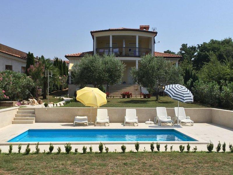 Wunderschönes ruhig gelegenes Ferienhaus mit drei Appartements und Pool, holiday rental in Kukci