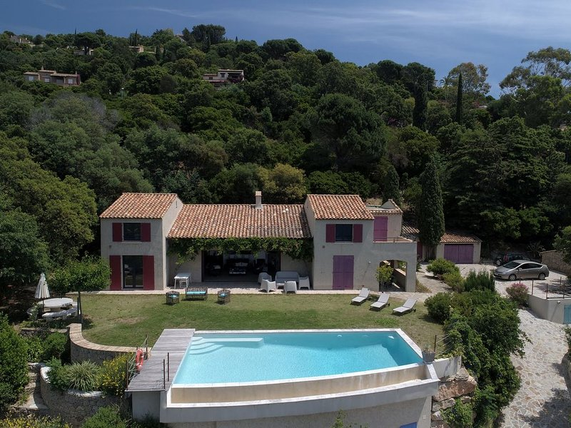 Villa architecturée au Rayol, vue incroyable, piscine, climatisation, classée, holiday rental in Rayol-Canadel-sur-Mer
