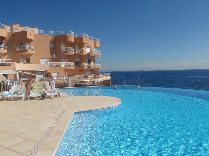 Dans résidence pieds dans l'eau,2 pièces 4/5 personnes. Ensoleillé ,vue mer,Var, vacation rental in Agay