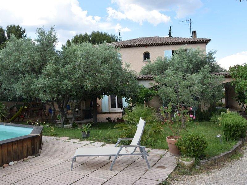 le clos des oliviers  , villa calme, ensoleillée, piscine , boulodrom, holiday rental in Coudoux