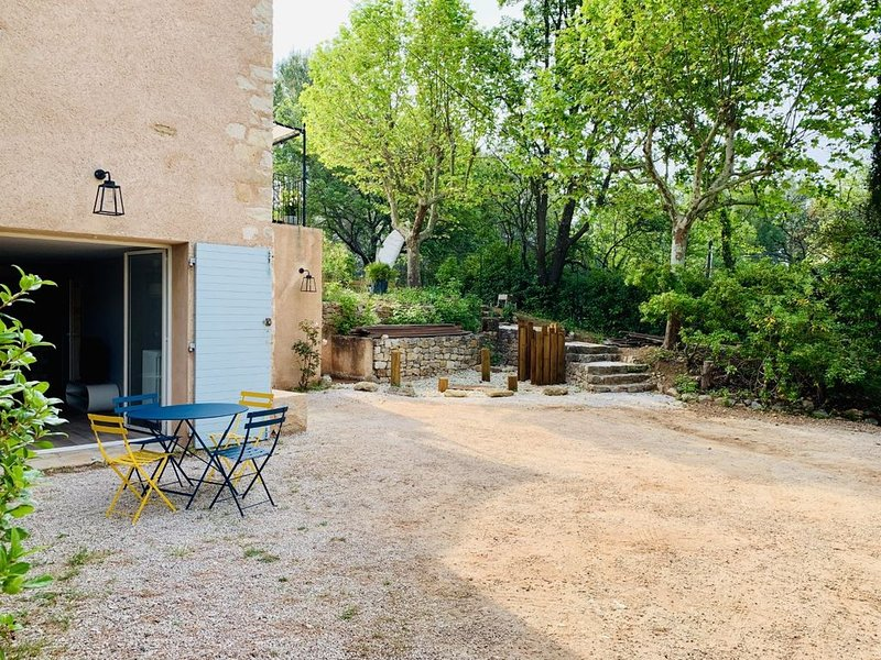 Appartement rénové dans une Bastide à proximité immédiate de la ville d'Aix, holiday rental in Le Tholonet