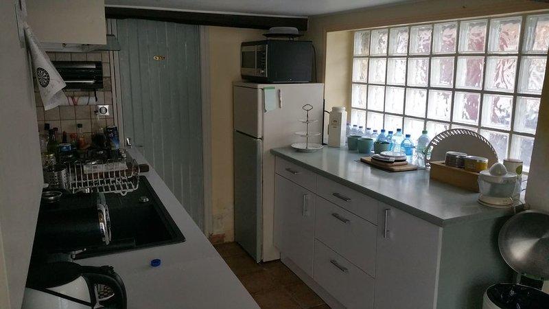 Maison type maison de pêcheur  avec séjour, cuisine, salles de bain, 2 chambres, holiday rental in Grandcamp-Maisy