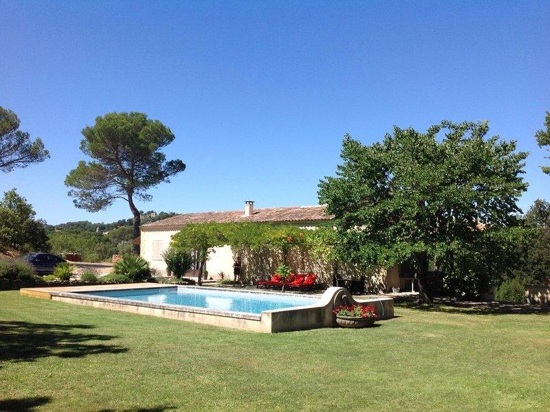 Villa de charme au calme sur 16000 m² de terrain avec piscine, holiday rental in Rognes