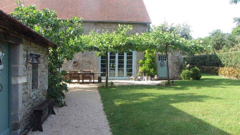 Au coeur de la Bourgogne, grange de charme 8 pers, piscine chauffée, pétanque, holiday rental in Saint-Berain-sur-Dheune
