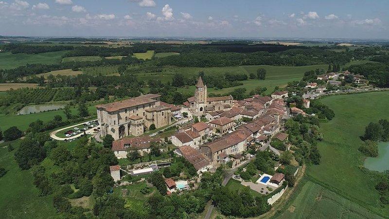 Belle rénovation d'une grange dans le village médiéval de Lavardens (Gers), vacation rental in Gers